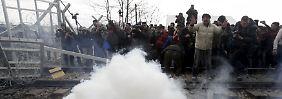 Steine gegen Tränengas: Flüchtlinge reißen Grenzzaun in Idomeni nieder