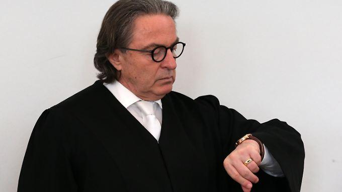 Auch Wahlverteidiiger Peter-Michael Diestel muss einsehen, dass der Verhandlungstag verlorene Zeit war.