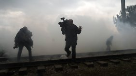 Auch Journalisten bekommen das Tränengas der mazedonischen Polizei zu spüren.