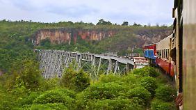 Der Bummelzug, der durch Myanmar fährt.