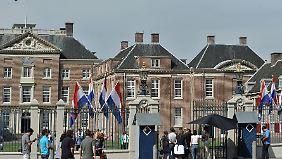 Touristen vor dem Palais het Loo in Apeldoorn.