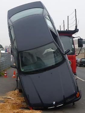 Schade um den schönen Wagen: Der BMW hat bei dem Absturz schwer gelitten.