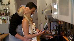 Haben eine Menge Spaß beim gemeinsamen Kotelettbraten: Leonard und Daniela