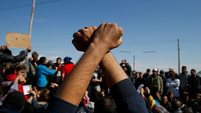Im griechischen Idomeni protestieren Flüchtlinge gegen die Schließung der Grenze zu Mazedonien.