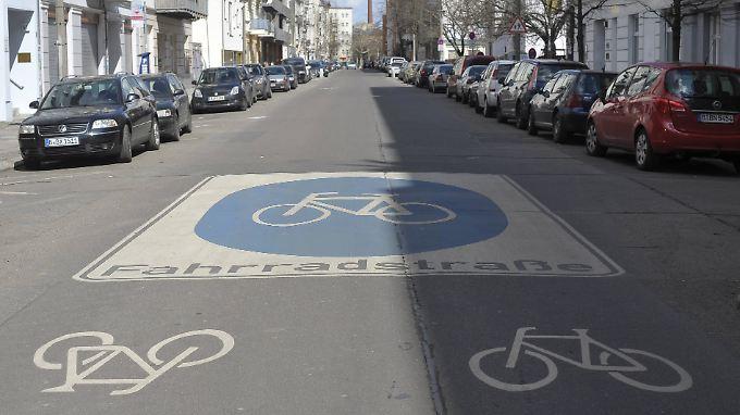 Fahrradstraßen dürfen oft auch von Autos genutzt werden.