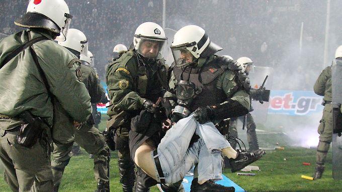 Das Spiel zwischen Paok Saloniki und Olympiakos Piräus wurde abgebrochen - dann griff die Polizei ein.