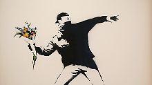 Der Blumenwerfer ist eines der bekanntesten Motive Banksys - hier wird es 2013 für eine Versteigerung vorbereitet.