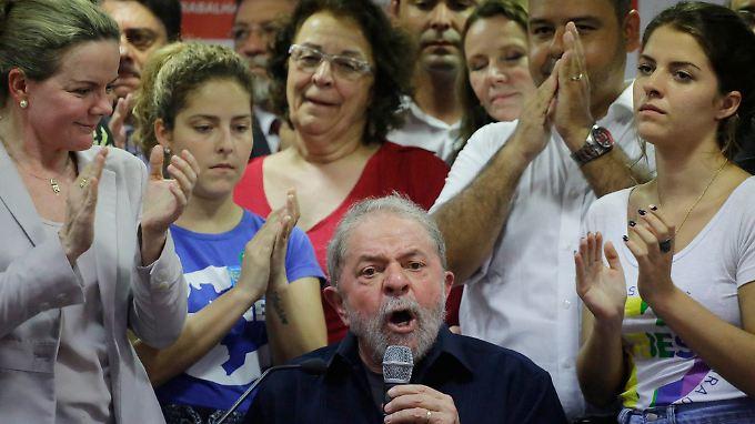 Der Ex-Präsident gibt sich kämpferisch: Luiz Inacio Lula da Silva bei einem Auftritt nach der Razzia in seiner Wohnung.