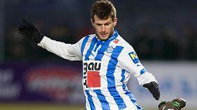 Andreas Schicker spielt mit einer Armprothese Profifußball.
