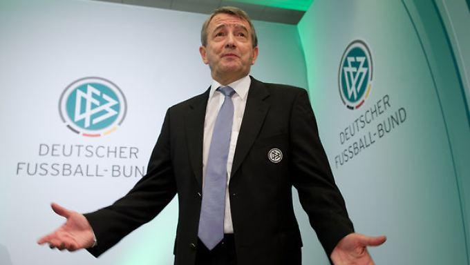 Ex-DFB Präsident Wolfgang Niersbach könnte von der FIFA-Ethikkommission gesperrt werden und seine Ämter bei der FIFA und der UEFA verlieren.
