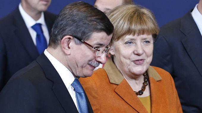 """Merkel spricht von einem """"qualitativen Schritt nach vorn"""" und einem möglichen Durchbruch. Davutoglu dringt auf Visafreiheit für türkische Bürger bei Reisen in die EU."""