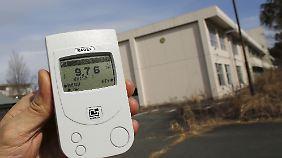 Ein Messgerät zeigt die radioaktive Strahlung an.