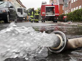 Lokal zentrierter Starkregen überfordert oft die Kanalisation. Die Folge sind häufig überflutete Keller.
