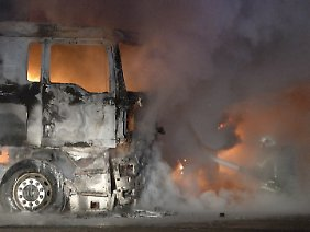 Zwischen Post-Frachtzentrum, Flughafen und Autobahn: Kurz vor halb zwei stehen die Lkw lichterloh in Flammen.