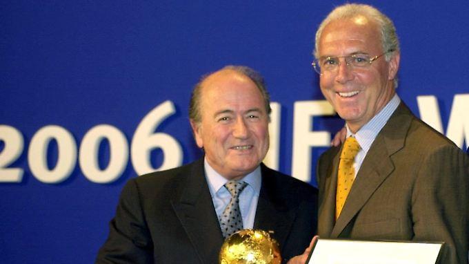 Wer lügt und wer sagt die Wahrheit? Joseph Blatter und Franz Beckenbauer im Jahr 2000.