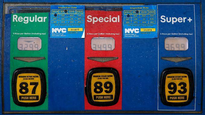 Spritpreis an einer Tankstellenzapfsäule in Brooklyn. Die Ölpreise sind in den vergangenen 18 Monaten um 70 Prozent eingebrochen - nicht nur wegen der Ölschwemme, sondern auch wegen der stotternden Konjunktur in China.