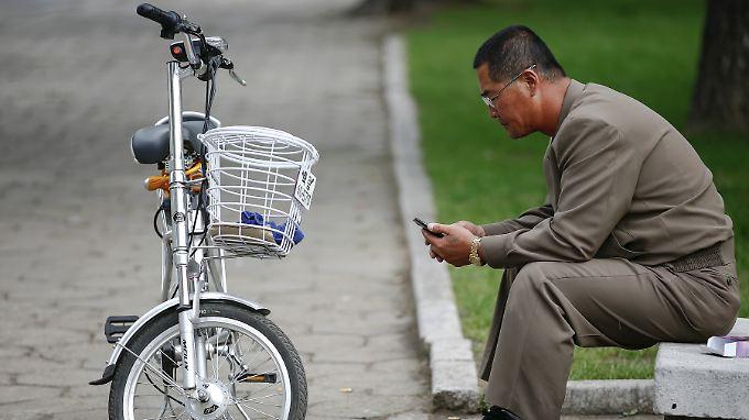 Nordkorea verfügt über ein eigenes Mobilfunknetz, das vom Rest der Welt isoliert ist. Wer die eingebaute Sim-Karte durch eine geschmuggelte chinesische ersetzt, muss mit Lagerhaft rechnen.