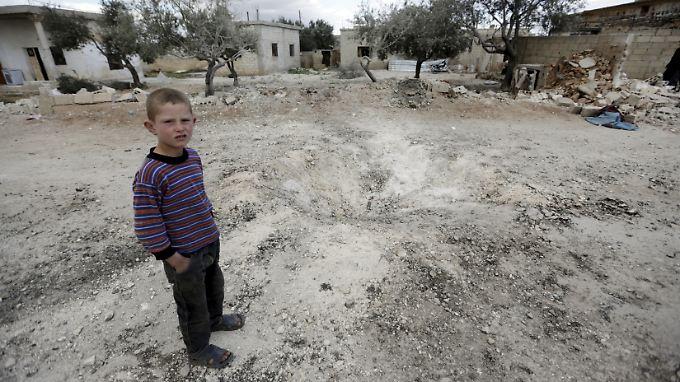 """Ein Junge in der Provinz Idlib guckt misstrauisch in die Kamera: Der Bericht spricht von """"Gefängnissen unter freiem Himmel""""."""