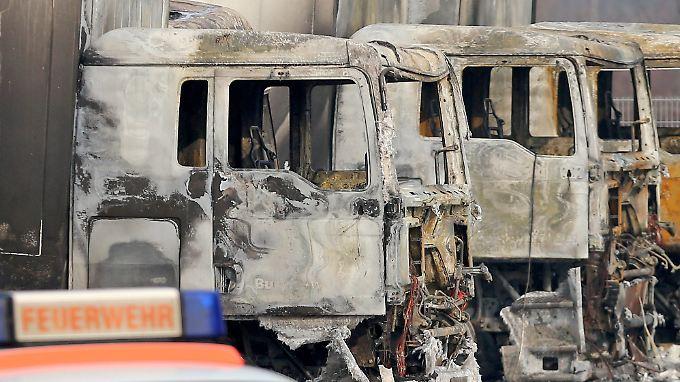 Großfeuer im Norden von Leipzig: Die Brandwache verlässt den Tatort, Kriminalpolizei und Staatsschutz ermitteln.
