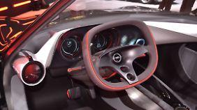 Im Innenraum gibt es nur noch einen Knopf. Und zwar den, mit dem der Opel GT gestartet wird.
