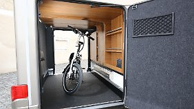 Die Garage im Heck bietet viel Platz für Drahtesel und Co.
