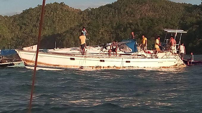 """Das Ende der Reise: Philippinsche Fischer schleppen die Segeljacht """"Sayo"""" in den Hafen von Barobo."""