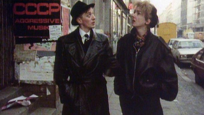 Mark Reeder und Muriel Gray vor dem SO 36 in Berlin-Kreuzberg, 1983.