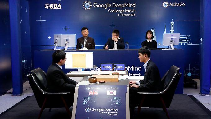 """Mensch gegen Maschine: Lee Sedol (r.) vor Beginn des zweiten Spiels gegen """"AlphaGo""""."""