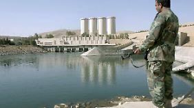 Der Staudamm bei Mossul ist 3,6 Kilometer lang, 135 Meter hoch und fasst 11 Billionen Liter Wasser.