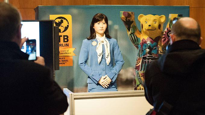 """Der menschenähnliche Roboter """"Chihira Kanae"""" kann an der Rezeption programmierte Fragen beantworten."""