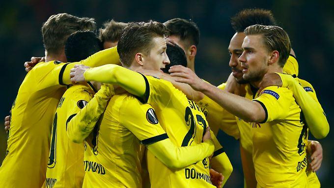 Jubel nach dem dritten Dortmunder Tor: Marco Reus lässt sich von den Kollegen feiern.