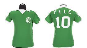 Versteigert wird auch das Trikot, das Pelé 1976 bei New York Cosmos trug.