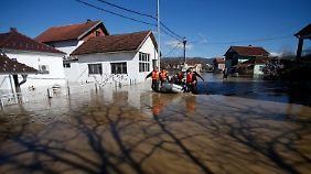 Im Dorf Grdica evakuieren Polizisten die Bevölkerung.