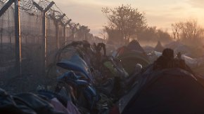 Europas Schande: Erste Flüchtlinge verlassen Horror-Lager Idomeni