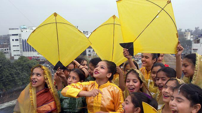 Hier feiern indische Mädchen in traditioneller Kleidung das Basant-Festival. In Pakistan soll es verboten werden.