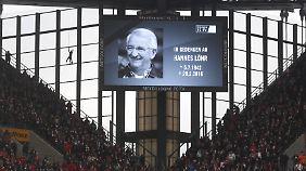 Vor dem Spiel gegen Schalke haben bereits die Fans des Verstorbenen gedacht.