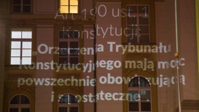 Das jüngste Urteil des polnischen Verfassungsgerichts auf der Fassade eines Regierungsgebäudes in Warschau.