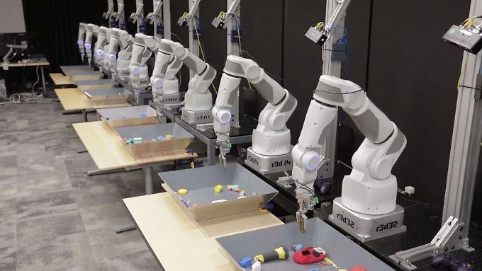 Klassenzimmer für Künstliche Intelligenz: Googles Greifroboter lernen gemeinsam.