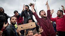 Bei den Flüchtlingen mischt sich Wut mit Verzweiflung angesichts ihrer ausweglosen Situation.