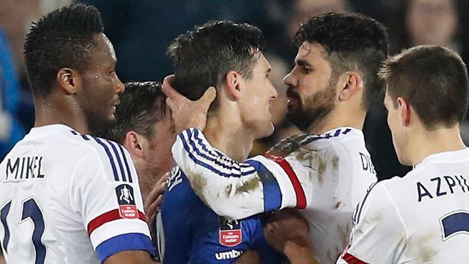 Diego Costa beim Infight mit Evertons Gareth Barry. Beide erlebten das Spielende nicht auf dem Platz.