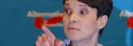 Rote Linie bei Gewalt und Rassismus: Petry baut gegen AfD-Rechtsruck vor