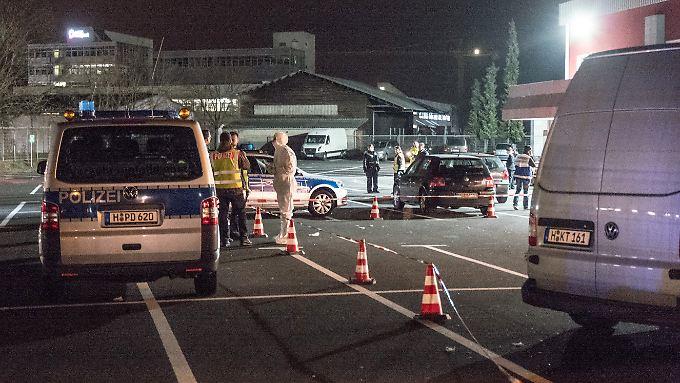 Auf einer Hochzeitsfeier in Hannover fallen Schüsse. Eine Frau stirbt. Anschließend sichert die Polizei den Tatort.