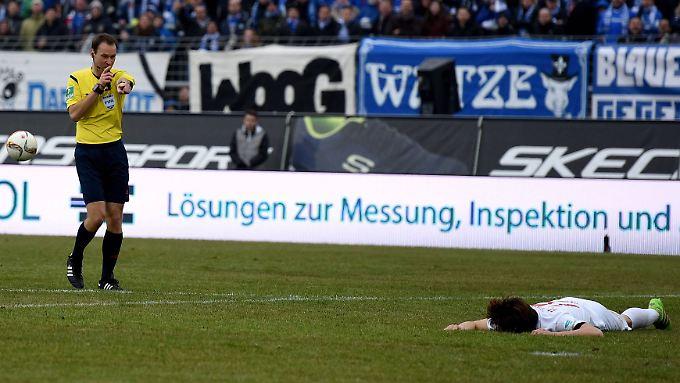 Ein konsequenter, aber umstrittener Pfiff: Schiedsrichter Bastian Dankert gibt Elfmeter für Augsburg - in der letzten Minute des Spiels.