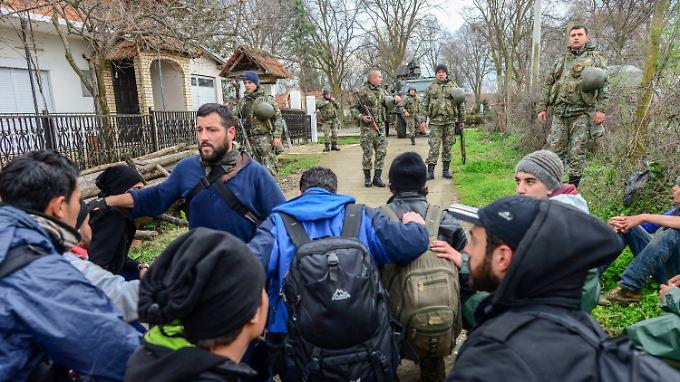 Vorläufiges Ende der Flucht: Bewaffnete Einheiten der mazedonischen Streitkräfte halten die Flüchtlinge auf.