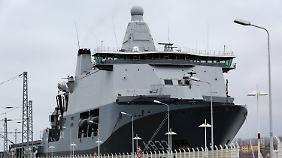 """Das Unterstützungs- und Versorgungsschiff """"Karel Doorman"""" war bereits am Wochenende eingelaufen."""