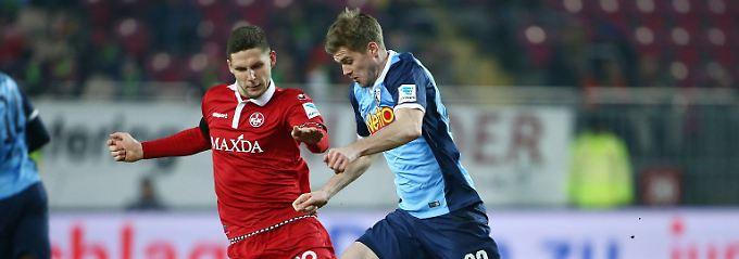 Er trifft dopplet: Der Bochumer Simon Terodde, hier im Zweikampf mit Stipe Vucur vom 1.FC Kaiserslautern.