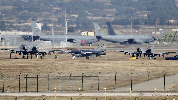 Die Luftwaffenbasis Incirlik: Zu sehen ist hier unter anderem ein F16-Kampfjet (m.) der türkischen Luftwaffe.