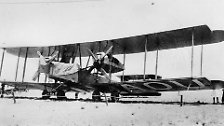 Zwar saß Royce selbst nie in einem Flugzeug, dennoch machte er den Flugmotorenbau zum wichtigsten Geschäftsfeld. Vom ersten Transatlantikflieger Vickers Vimy über ...