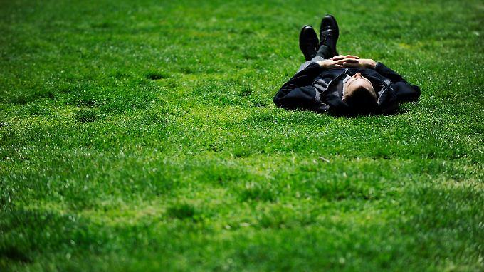 Gedrückte Stimmung, Interessen- und Freudlosigkeit sowie ein reduzierter Antrieb - das sind die drei Kernsymptome für Depressionen.
