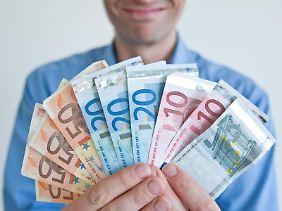 Damit eine Bonuszahlung Mitarbeiter motiviert, muss sie hinreichend groß sein. Sie sollte mindestens sieben Prozent des jährlichen Bruttogehalts ausmachen.